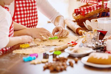 Junge Mutter und ihre 4 Jahre alte Tochter, die Teig für Kekse macht. Lifestyle-Foto. Standard-Bild - 88625622