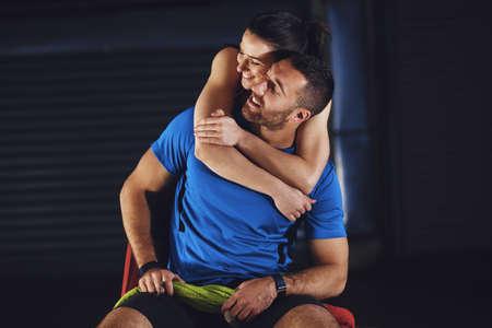 若いアスリートのカップルは、トレーニングの後にリラックスしています。