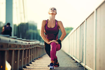 Womsn is exercise on the bridge early in the morning. Stockfoto