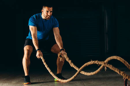 Man is training with rope in garage. Stockfoto - 132870412