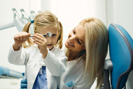 Female dentist and young girl patinet in dentist office. Stockfoto - 132869337