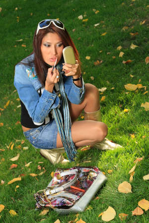 squatting: J�venes belleza haciendo make-up