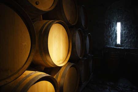 Weinfässer in einem alten Weinkeller