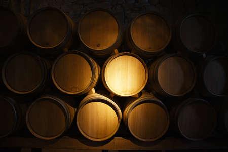 Weinfässer in einem alten Weinkeller Standard-Bild
