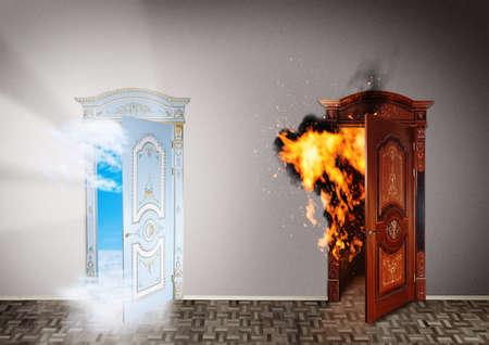 Twee deuren naar de hemel en de hel Keuze concept Stockfoto