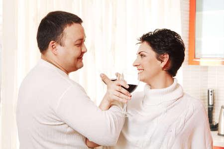 fraternit�: Famille dans la maison de cuisine boire du vin. Confr�rie