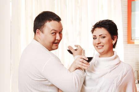 fraternit�: Famille dans la maison de boire du vin de cuisine. Fraternit� Banque d'images