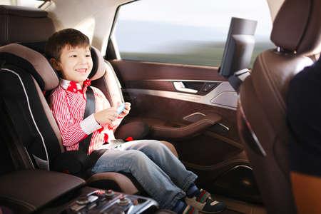 Luxe baby-autozitje voor de veiligheid met gelukkig kind Stockfoto
