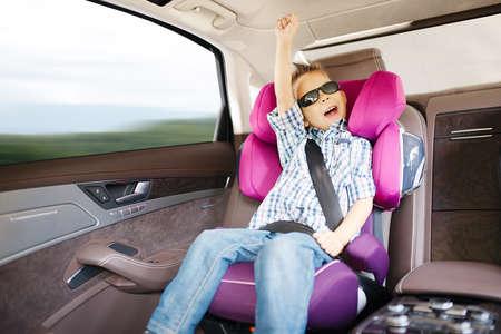car seat: Seggiolino auto di lusso in sicurezza con bambino felice