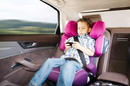 asiento coche: Asiento de coche de bebé de lujo en la seguridad de niño feliz