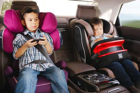 행복한 아이 안전을위한 고급 아기 자동차 좌석 스톡 콘텐츠