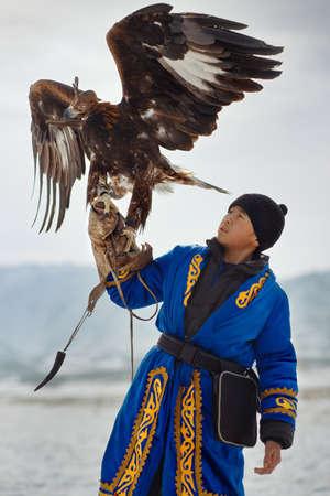 aguila real: Cazador de aves con un águila real (Aquila chrysaetos). Kazajistán.