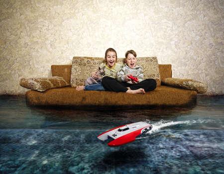 Junger Junge und Mädchen mit Funkfernsteuerung. Spielen mit RC Speedboot Spielzeug. Fantasy überflutet Schlafzimmer.