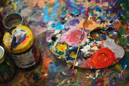 artistas: Aún vida hermosa con materiales de la técnica profesional, paleta, las botellas se cierran para arriba