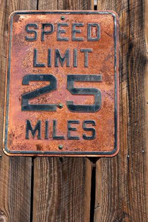 風化した木材に古い、さびた速度制限標識 写真素材