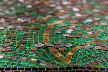 distort: Ondas de agua distorsionan y doblan las im�genes de las monedas en una fuente Foto de archivo