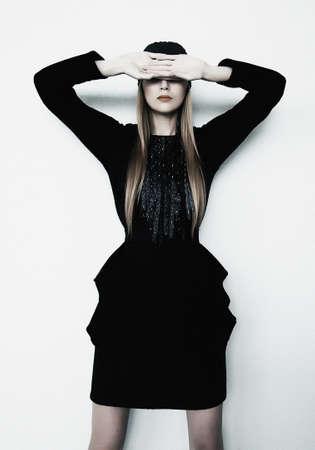 closed eyes: Blonde fotomodel poseren met gesloten ogen Stockfoto
