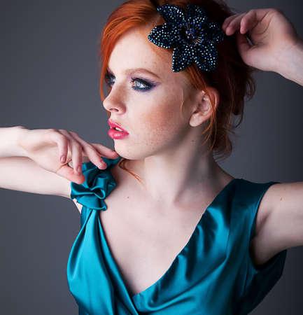 Portrait de jeune fille rousse magnifique taches de rousseur
