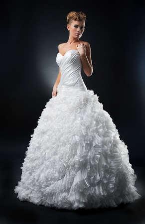 Sensuale sposa bella mostra abito bianco da sposa Archivio Fotografico