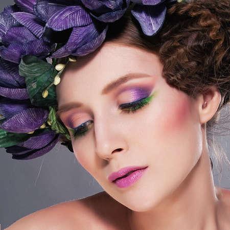 maquillaje de fantasia: Morena seductora en la corona de flores azules Foto de archivo