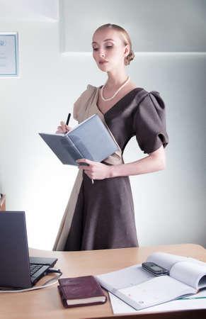 director de escuela: Elegante presentaci�n de informes de negocios hermosa mujer en el espacio de trabajo Foto de archivo