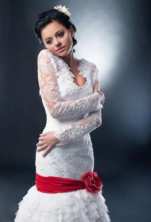 약혼녀: 빨간 리본과 활 화이트 웨딩 드레스에 매력적인 약혼녀 갈색 머리 슈퍼 모델 스톡 사진