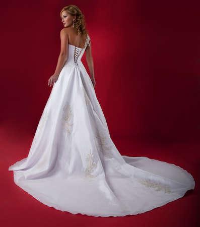 Fidanzata a lungo abito bianco da sposa