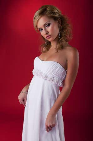 약혼녀: 웨딩 드레스 포즈를 매력적인 약혼녀의 사진 모델 금발