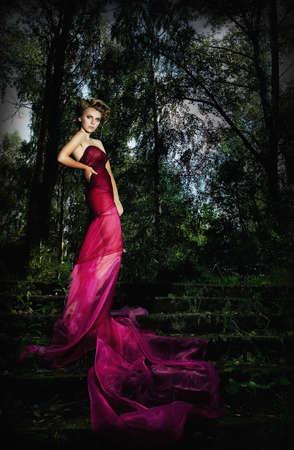 aristocrático: Nocturna esc�nica - hermosa dama de pie en la escalera entre los �rboles Foto de archivo
