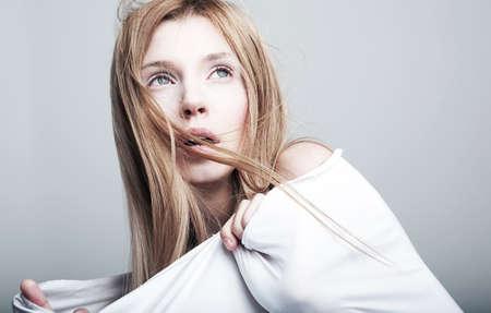 sgomento: Spaventato bionda bella donna in abiti bianchi