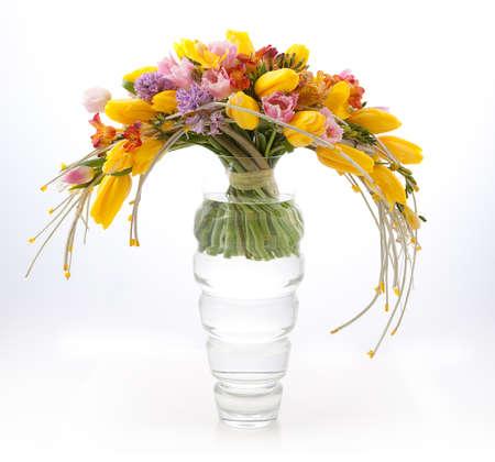 arreglo floral: Florística - colorido arreglo de primavera ramo de flores en el florero aislado en blanco