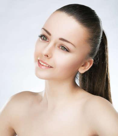 visage: Retrato de la belleza de la modelo hermosa chica de moda con suave maquillaje natural y la piel limpia y saludable