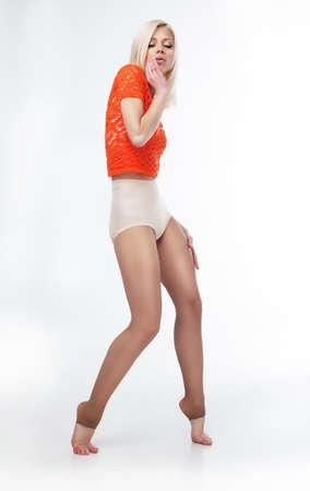 팬티 스타킹: 빨간색 위쪽 및 팬티 스타킹을 입고 젊은 아름 다운 스포티 한 여자 - 사진의 시리즈