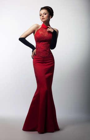 medieval dress: Retrato de una hermosa mujer sensual en vestido rojo medieval