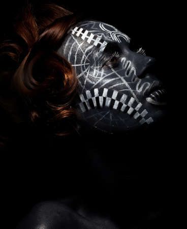 tribu: Mujer salvaje tribal en negro tatuaje tradicional m�scara �tnica