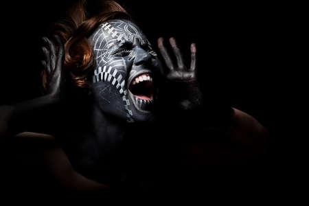 tribu: Art foto de una mujer �tnica acentuada con la m�scara pintada de negro en la cara y tatuajes
