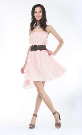 Mode-Stil Schöne Frau im modischen Kleid Studio erschossen