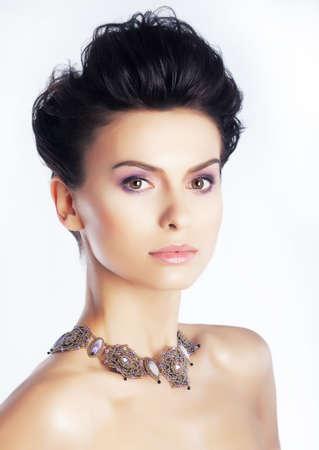 caras emociones: Preciosa modelo con maquillaje natural, una piel limpia en el fondo blanco
