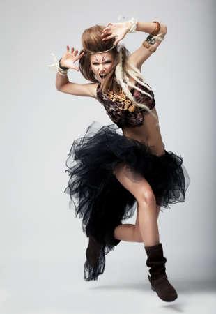 tribu: Rendimiento joven atractivo modelo retro en la antigua danza ropa salvaje Foto de archivo