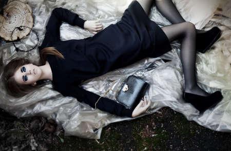 Sexy mooie liggende jonge vrouw met mode zwarte handtas