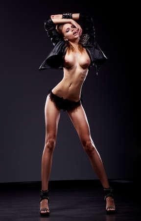 erotico: Pasi�n Ligue Sexy morena mujer desnuda delgado posando en ropa interior negro Foto de archivo