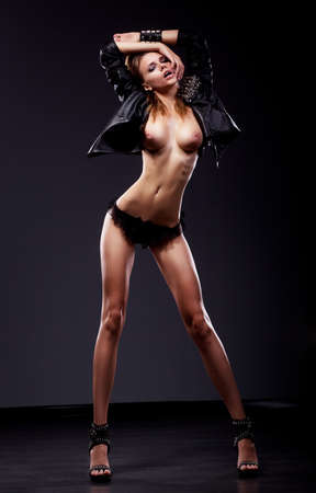 erotico: Passion Flirt Sexy brunette donna nuda sottile posa in biancheria intima nera