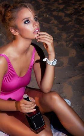 intoxicant: Giovane donna bella moda in alcool depressione bere - una bottiglia di whisky