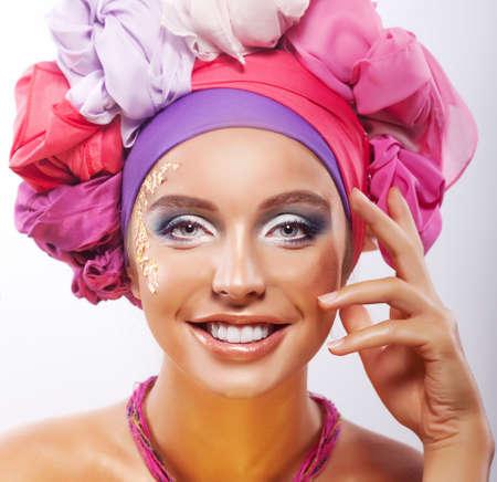 dentudo: Estilo de vida Retrato de belleza de mujer joven feliz sonriendo con dientes en sombreros coloridos Foto de archivo