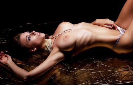 nudo di donna: Bliss lascivia Carnalit� donna nuda appassionata che giace in mutandine bianche Archivio Fotografico