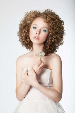 hochzeitsfrisur: Portrait der sch�nen Braut weibliche Modell mit Blume auf wei�em Hintergrund