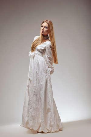 vestido medieval: Elegante mujer moda vintage en traje de época retro.