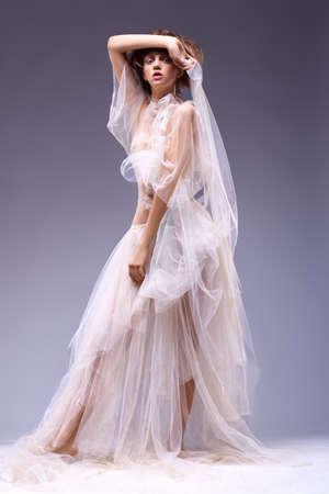 vestidos antiguos: Moda mujer hermosa en el antiguo retro vintage clásico vestido pasado de moda del vestido