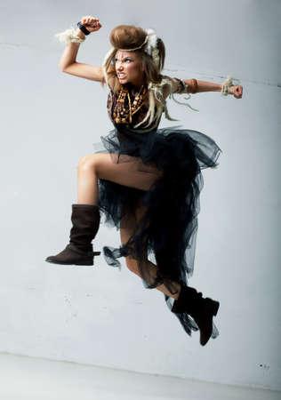 persona saltando: Tribu. Salto Wild persona tribal - estilo de la manera antigua retro. Antiguo