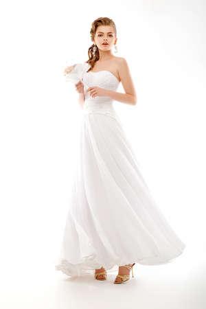 약혼녀: 아름다운 약혼녀의 초상화입니다. 웨딩 드레스. 꽃의 신부 꽃다발 스톡 사진